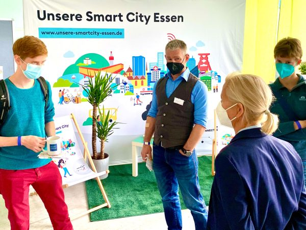 Dr. Silke Katharina Berger mit Besuchern des Aktionstags für Unsere Smart City Essen
